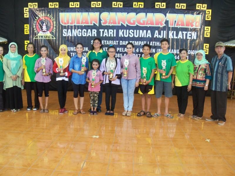Para penari terbaik dalam ujian tari  Sanggar Tari Kusuma Aji yang menerima  trophy photo bersama dengan panitia ujian tari dan para juri, (p.kus)