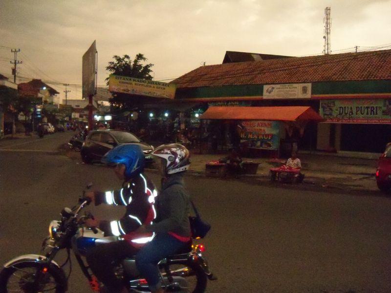 Suasana senja hari di sekitar Pasar Wedi. (p.kus)