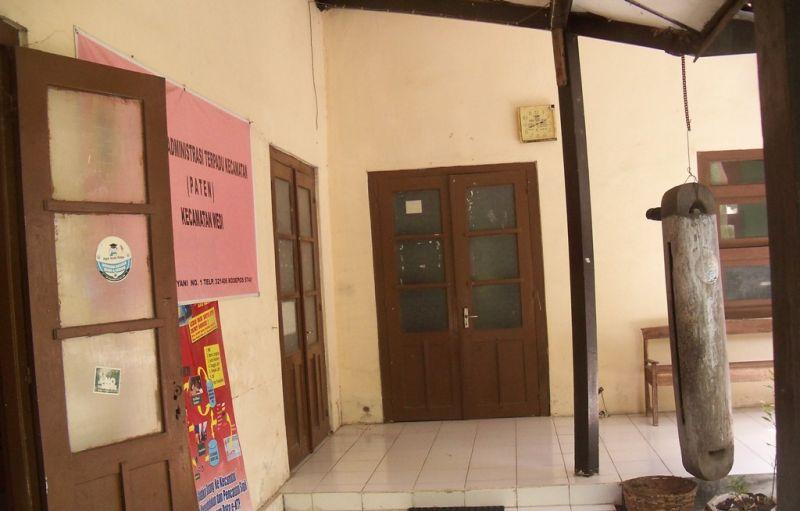 Pintu ruangan kantor Sekretaris Kecamatan Wedi sekitar pukul 14.30 sudah tertutup. (p.kus)