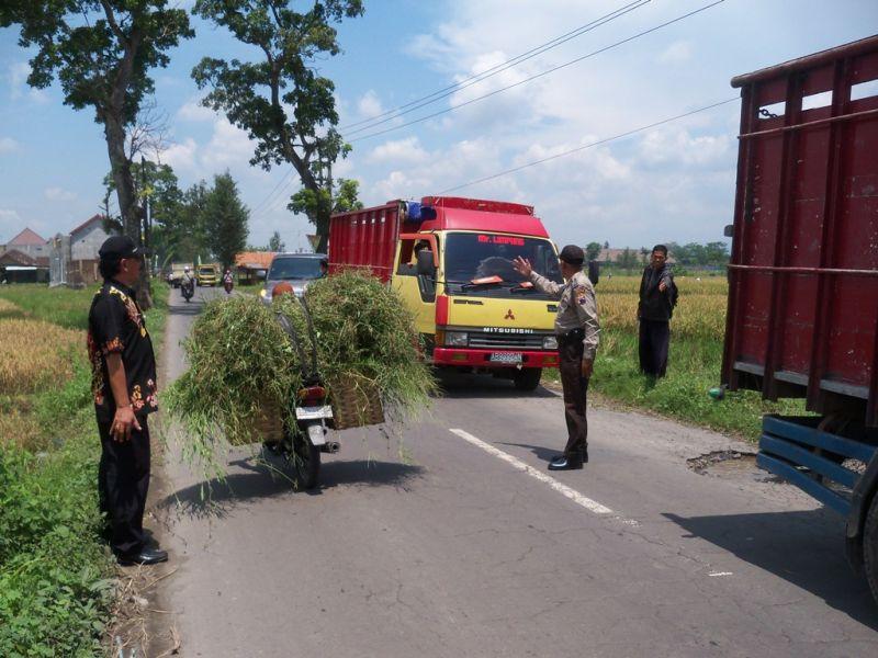 Petugas mengehentikan truk-truk yang melintas di jalan larangan galian C di wilayah Kecamatan Kebonarum