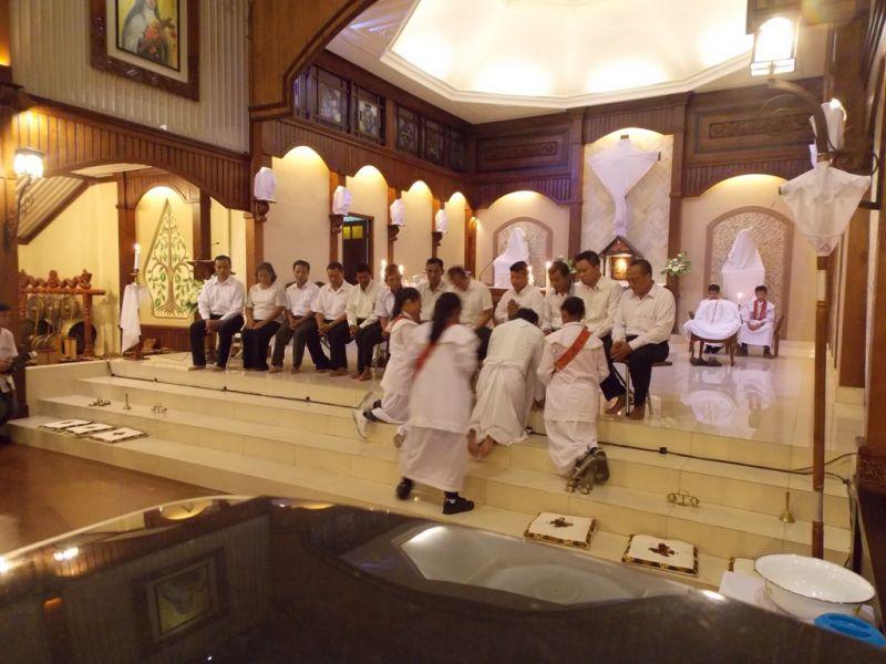 Pembasuhan kaki pada 12 umat yang dilakukan oleh Romo Y Sunardi SCJ sebagai simbolis mengenang Yesus yang membasuh kaki para rasul. (p.kus)