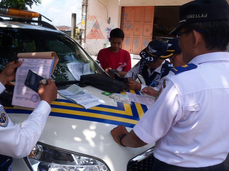 Petugas  sedang memeriksa  surat-surat kelengkapan kendaraan  angkutan. (p.kus)