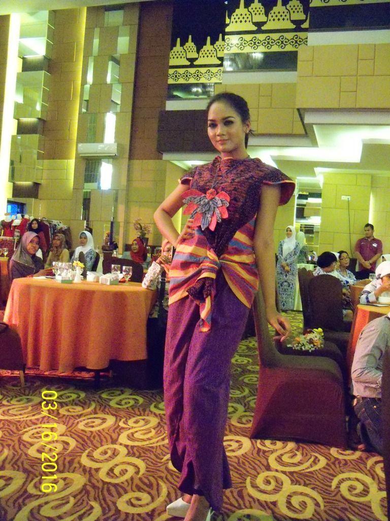 Seorang model sedang melakukan aksinya berjalan di celah ruangan mengenakan pakaian karya desainer anggota IWAPI Klaten. (p.kus)