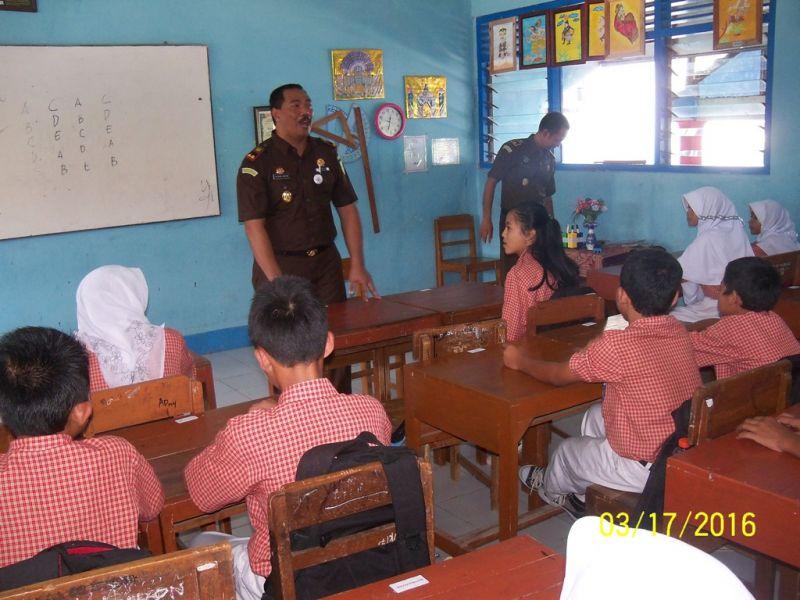 Kajari Klaten Sugeng Hariadi ketika sedang memberi pelajaran hukum pada siswa kelas 9. (p.kus)
