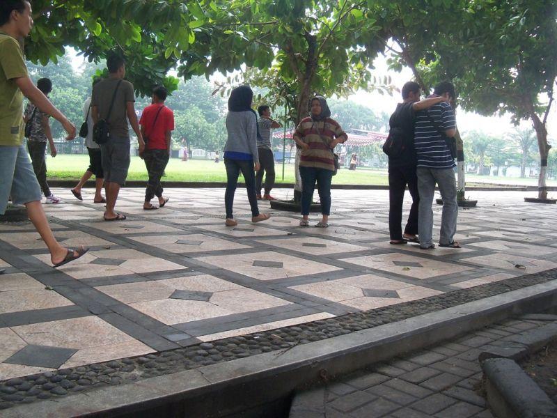 Beberapa  kaum remaja santai di Alun-alun Klaten pada pagi gari. (p.kus)