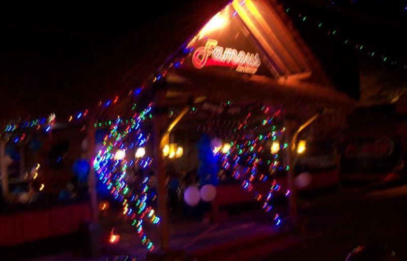 Suasana Cafe Famous dilihat dari luar ketika pesta merayakan ulath Lia dan Sari. (p.kus)