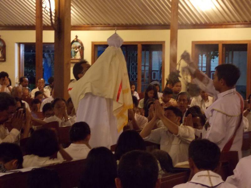 Prosesi mengarak Sakramen Mahakudus (Hosti Suci) untuk ditatahkan di Altar Kecil untuk tuguran umat Katolik. (p.kus)