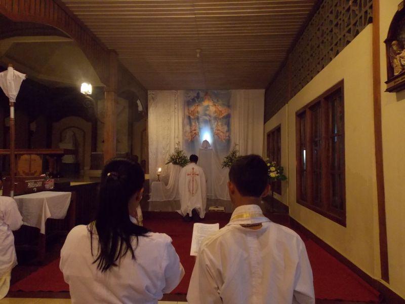 Romo Y Sunardi SCJ dan para misdinar, serta diakon melakukan doa di hadapan Sakramen Ekaristi. (p.kus)
