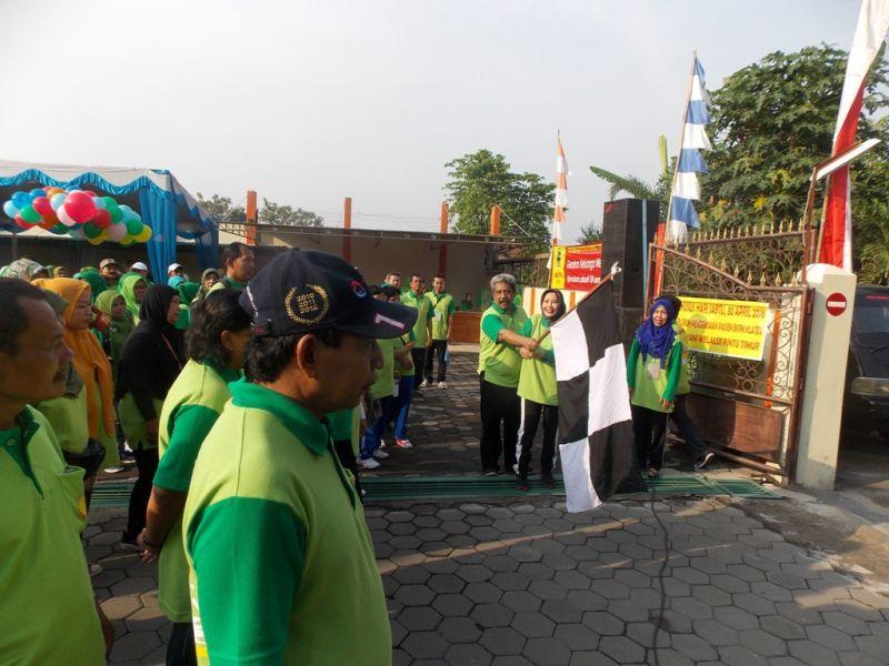 Peserta gerak  jalan sehat dilepas  dari  halaman belakang  BKM Klaten. (p.kus)