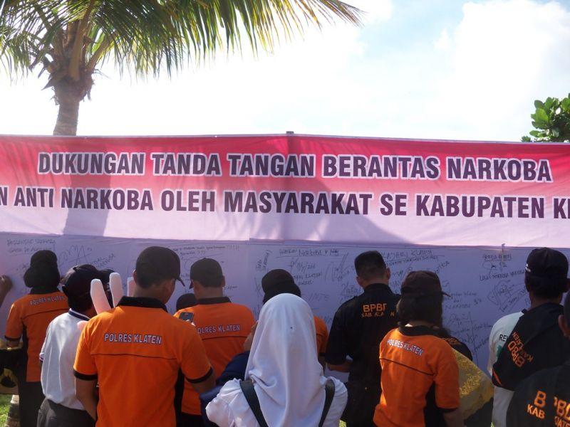 Warga yang mendukung  pemberantasan narkoba membubuhkan tanda tangan pada kain kanvas. (p.kus)