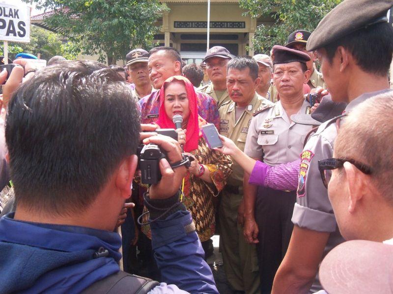Bupati Klaten Hj Sri Hartini menemui para pengenjuk rasa di depan  gedung DPRD Klaten. (p.kus)
