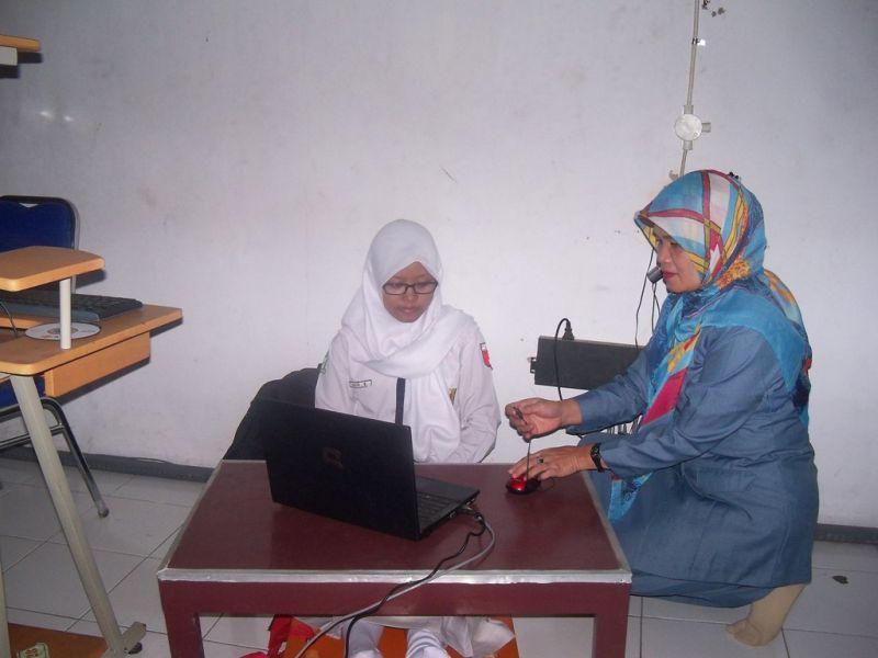 Aulia Bilawa duduk lantai  dan meja untuk komputer/laptop menggunakan meja pendek. (p.kus)