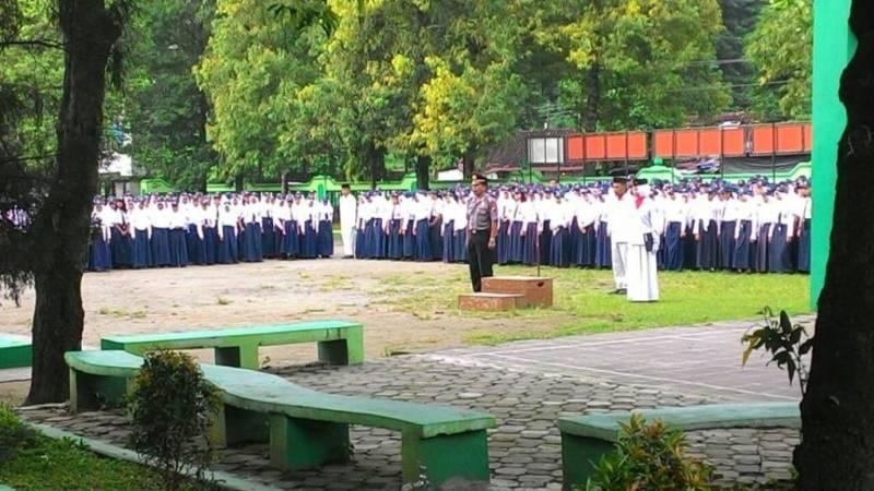 Kapolsek Ketandan AKP Suyarta  ketika menjadi pembina upacara di sekolah menengah pertama. (p.kus)