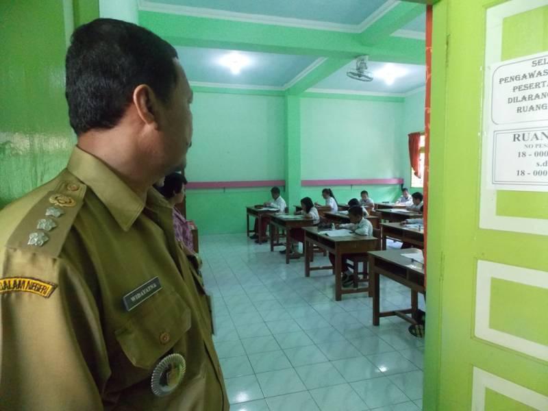 Camat Widayatna Melihat ruang ujian di SD Negeri 3 Klaten dari luar. (p.kus)