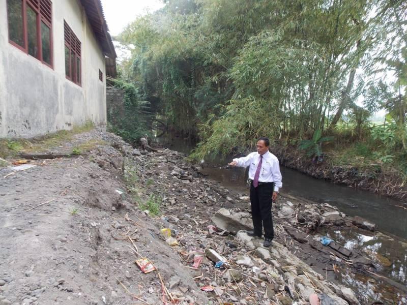 Pagar tembok sisi barat di belakang SMP Negeri 2 Prambanan yang roboh bulan Mei lalu. (p.kus)
