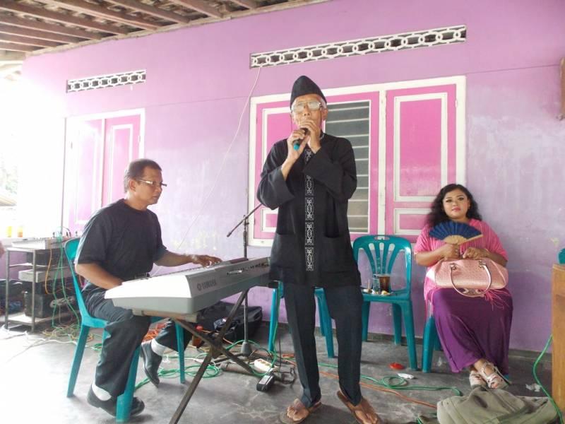 Salah seorang cucu Mbah Wongso Widayan Suwarto sedang melantunkan nyanyian jenaka diiringi oleh Janto. (p.kus)