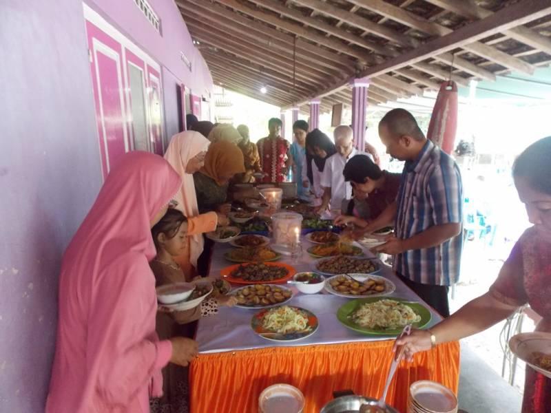 Para cucu Trah Wongso Widayan sedang kembul makan bersama. (p.kus)