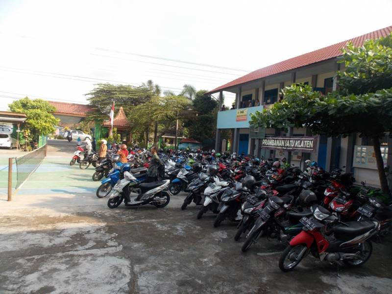 Suasana para orang tua siswa kelas 9 SMP Negeri 1 Prambanan yang sedang berdatangan. (p.kus)