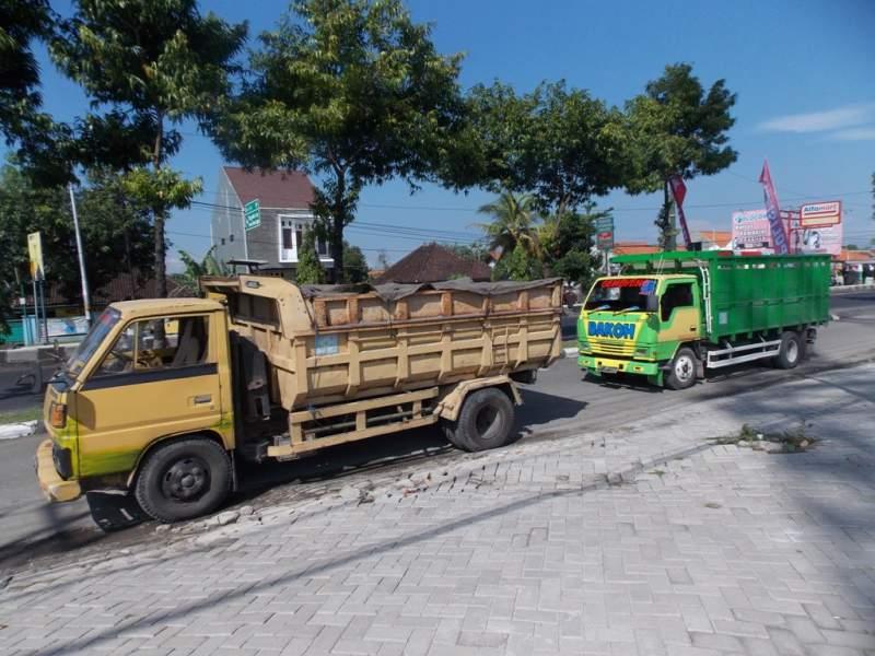 Dua truk yang tertangkap karena melanggar hari operasi. (p.kus)