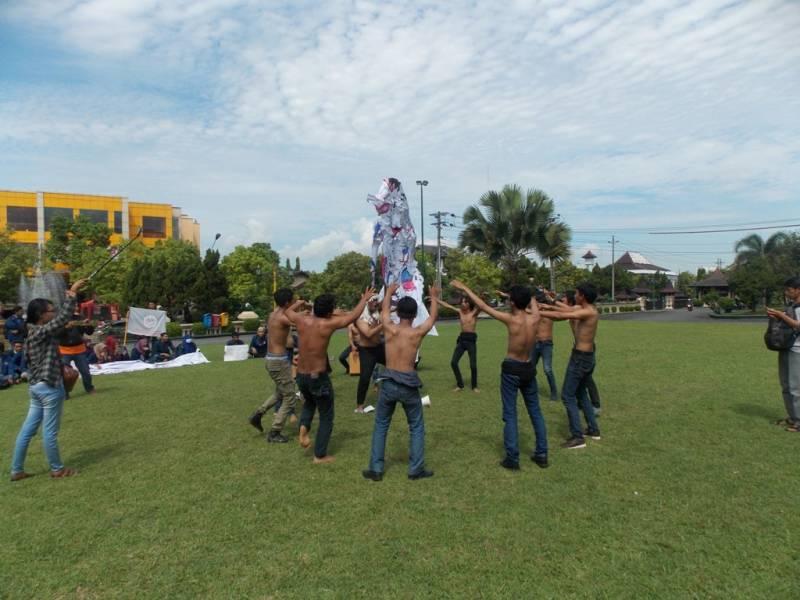 Mahasiswa pengunjuk rasa memainkan teatrikal di halaman Pemkab Klaten. (p.kus)
