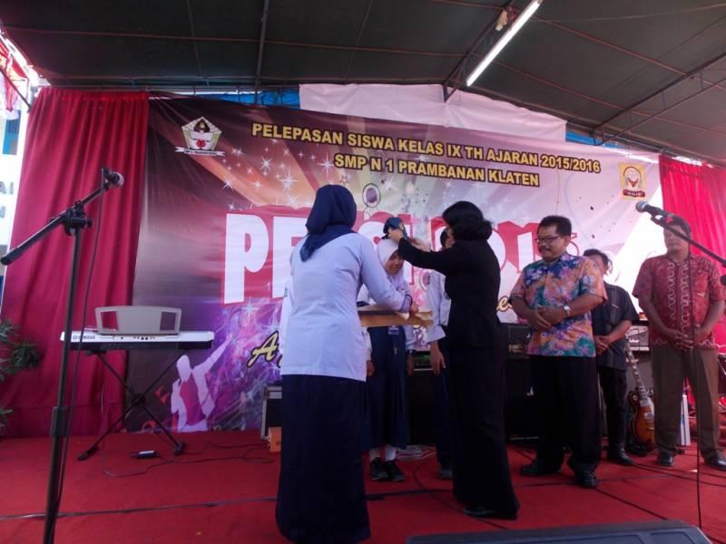 Kepala SMP Negeri 1 Prambanan Titi Widiyarsih melepas atribut topi SMP Negeri 1 Prambanan. (p.kus)